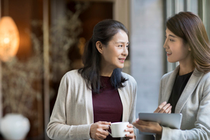 Elegance mature Chinese woman talking with young businesswomanの写真素材 [FYI02638834]