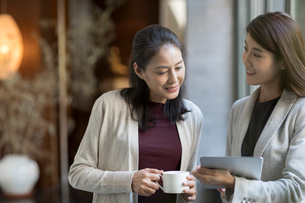Elegance mature Chinese woman talking with young businesswomanの写真素材 [FYI02638838]