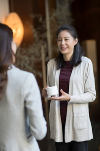 Elegance mature Chinese woman talking with young womanの写真素材 [FYI02638840]