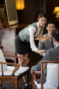 Elegance Chinese waitress holding two cups of teaの写真素材 [FYI02639034]