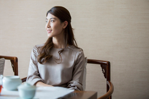 Elegance Chinese young woman thinkingの写真素材 [FYI02639117]