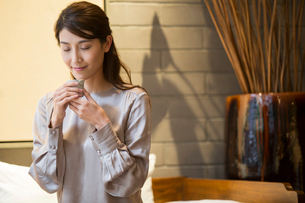 Elegance Chinese young woman drinking teaの写真素材 [FYI02639128]