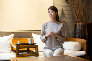 Elegance Chinese young woman drinking teaの写真素材 [FYI02639130]