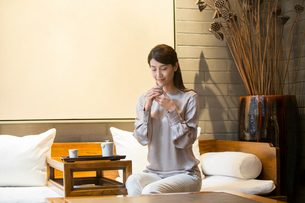 Elegance Chinese young woman drinking teaの写真素材 [FYI02639131]