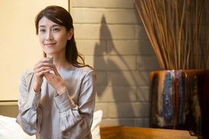 Elegance Chinese young woman drinking teaの写真素材 [FYI02639132]