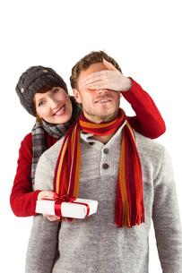 Woman giving man a presentの写真素材 [FYI02639274]