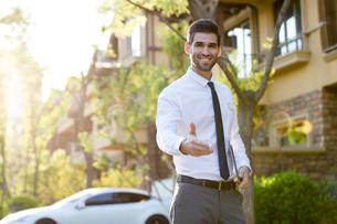 Confident businessman extending hand for handshakeの写真素材 [FYI02639362]