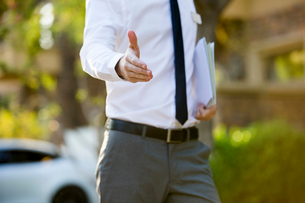 Confident businessman extending hand for handshakeの写真素材 [FYI02639364]