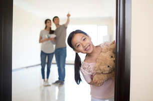 Happy young Chinese family working on home renovationの写真素材 [FYI02639376]
