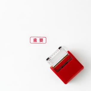 事務用の赤い判子の写真素材 [FYI02641215]