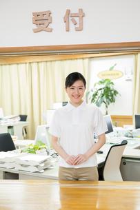 介護施設の受付で微笑む介護福祉士の写真素材 [FYI02641222]