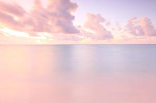 日の出前の穏やかな海の写真素材 [FYI02641226]