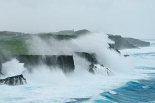 台風で荒れる海 七又海岸の写真素材 [FYI02641263]