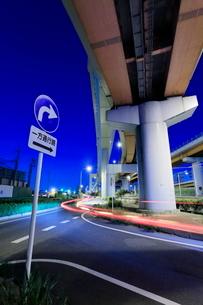 三郷ジャンクションと側道の夜景の写真素材 [FYI02641266]