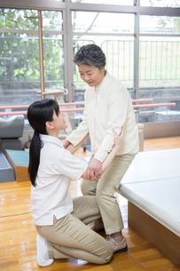 介護福祉士と機能訓練をするシニア女性の写真素材 [FYI02641282]