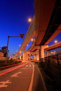 三郷ジャンクションと側道の夜景の写真素材 [FYI02641295]