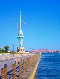 青空の神戸港と旧信号所の写真素材 [FYI02641306]