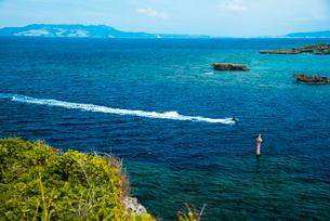 沖縄万座毛より望む伊江島方面名護湾とコバルトブルーの海の写真素材 [FYI02641310]