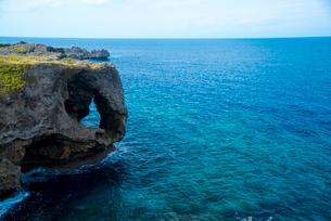 沖縄万座毛断崖象の鼻とエメラルドグリーン海の写真素材 [FYI02641361]