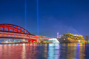 夕暮れの神戸大橋と豪華客船の写真素材 [FYI02641418]
