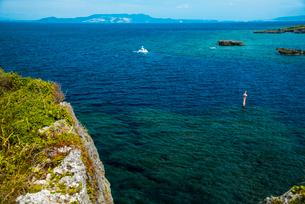 沖縄万座毛より望む伊江島方面の断崖とコバルトブルーの海の写真素材 [FYI02641510]