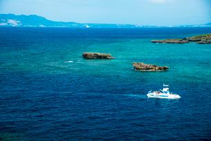 沖縄万座毛断崖よりエメラルドグリーンの海の写真素材 [FYI02641637]