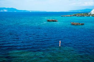 沖縄万座毛断崖から東シナ海のエメラルドグリーンの海の写真素材 [FYI02641651]