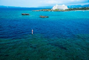 沖縄万座毛よりエメラルドグリーンの海の写真素材 [FYI02641752]