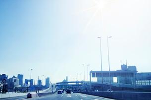 高速道路とビル群の写真素材 [FYI02641848]