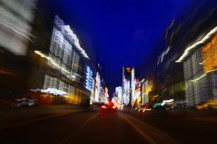 走行する車からの街の夜景の写真素材 [FYI02641870]