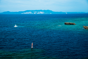 沖縄万座毛断崖より望む東シナ海方面のエメラルドグリーンの海の写真素材 [FYI02641886]