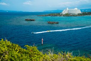 沖縄万座毛より望む万座ビーチとコバルトブルーの海の写真素材 [FYI02641916]