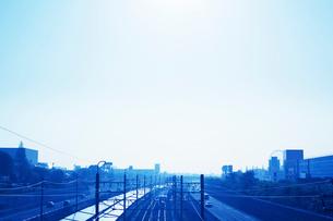 ソーラーパネルと街並みの写真素材 [FYI02641919]