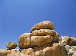 デビルズマーブルの奇岩と青空の写真素材 [FYI02641944]