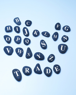 TRADEと並べられた小石の写真素材 [FYI02642009]