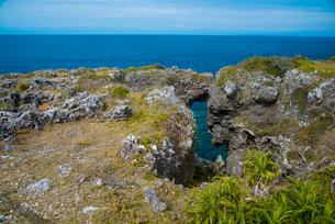 沖縄万座毛断崖とエメラルドグリーンの海の写真素材 [FYI02642050]