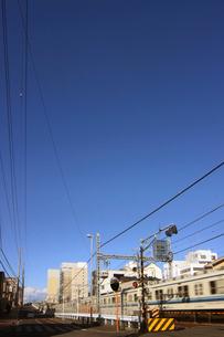 電車の走る街並みの写真素材 [FYI02642074]