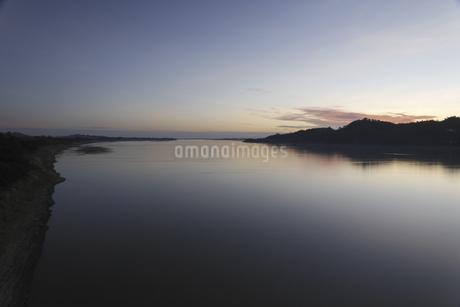 夕暮れの河の写真素材 [FYI02642129]
