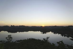 夕暮れの湖の写真素材 [FYI02642143]