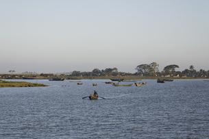 河を渡る舟の写真素材 [FYI02642164]