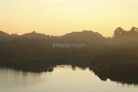 夕暮れの湖の写真素材 [FYI02642171]