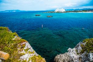 沖縄万座毛よりエメラルドグリーンの海の写真素材 [FYI02642178]