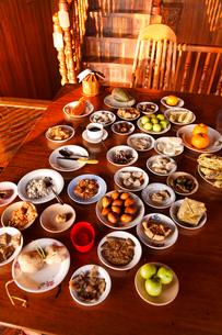 朝食が並ぶテーブルの写真素材 [FYI02642251]