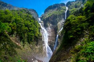 春の称名滝とハンノキ滝の写真素材 [FYI02642270]