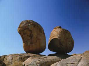 デビルズマーブルの奇岩と青空の写真素材 [FYI02642331]