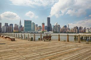 ウッドデッキとマンハッタンの眺望の写真素材 [FYI02642347]