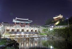 Hwahongmun Gate & Bangwa Suryujeong Pavilionの写真素材 [FYI02642371]