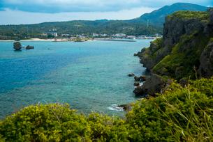 沖縄万座毛より望むエメラルドグリーンの万座ビーチの写真素材 [FYI02642428]