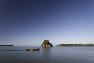 河を渡る舟の写真素材 [FYI02642528]