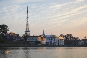 Dalat Eiffel Tower, Xuan Huong Lake, sunset sky, Dalatの写真素材 [FYI02642573]